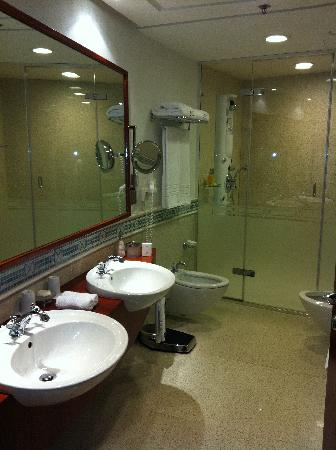 Rosewood Jeddah: bathroom and steam shower 1403