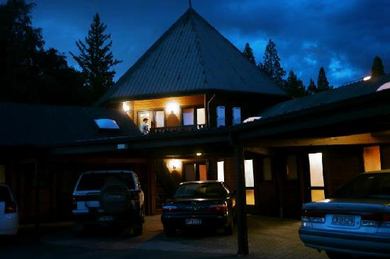 Alpine Lodge Motel: The Parking and The Motel complex at Night view