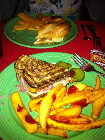 Evan's Old Town Grille: Reuben and fries