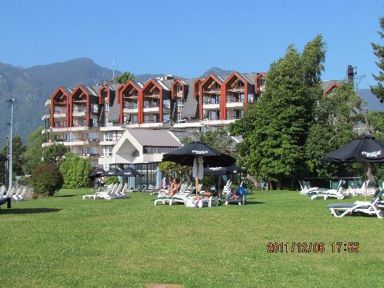 Gran Hotel Pucon: Jardines frente al lago Villarrica