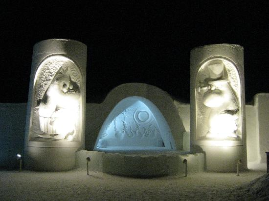 SnowHotel in Kemi : entrance at night