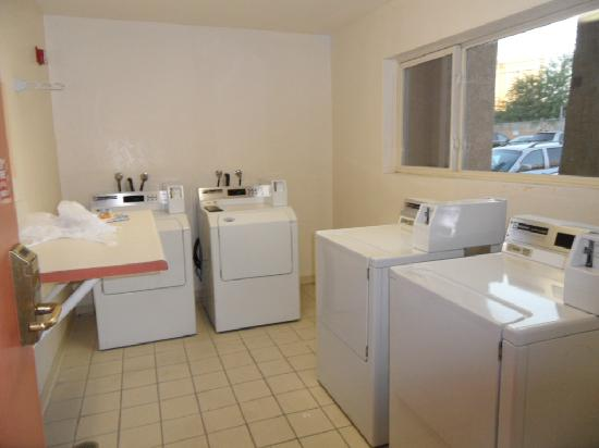 Desert Rose Resort: Laundry Facilities