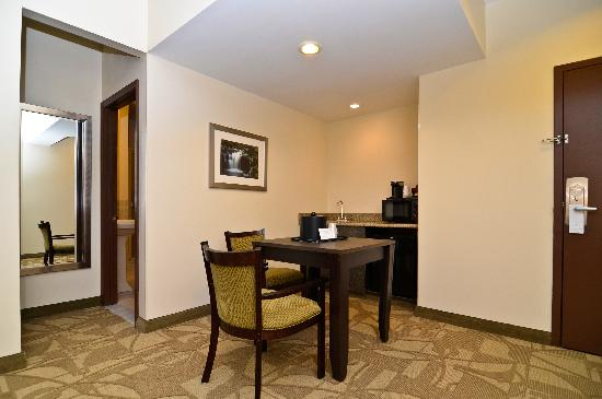 Best Western Plus The Inn & Suites At The Falls: King suite dinette area with Microwave and Fridge
