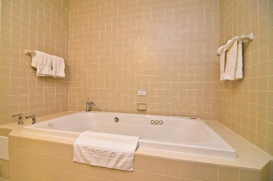 Best Western Plus The Inn & Suites At The Falls: King Suite Jacuzzi whirlpool