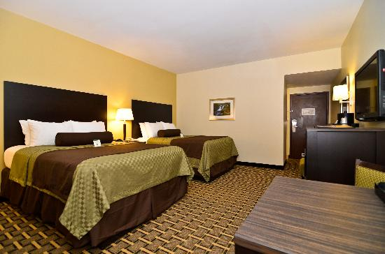 BEST WESTERN PLUS The Inn & Suites At the Falls: Double Queen Room with Microwave and Fridge