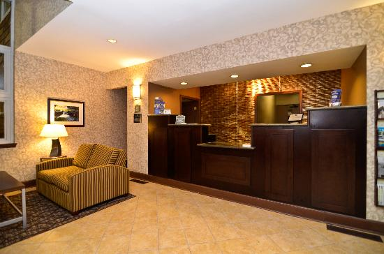 Best Western Plus The Inn & Suites At The Falls: Lobby and Front Desk