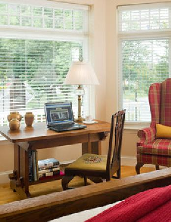 Woodley Park Guest House: Room to work!
