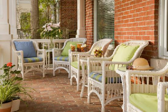 Woodley Park Guest House: The Front Porch - a favorite vantage point for people watching or a glass of wine