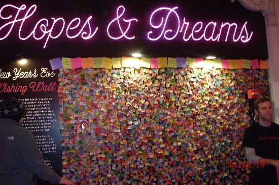 Times Square Visitors Center : Wishing wall at the TImes Square Visitor Center