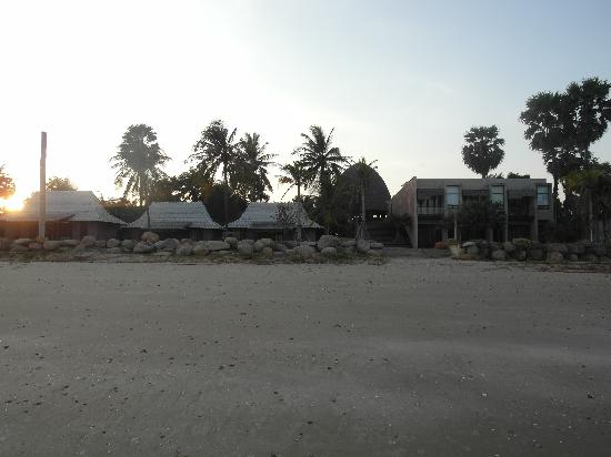 La a natu Bed & Bakery: A view of the resort from the beach