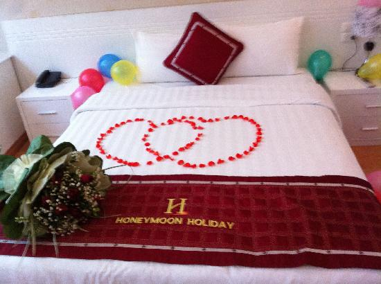 Hanoi Holiday Diamond Hotel: Rose petals on the bed