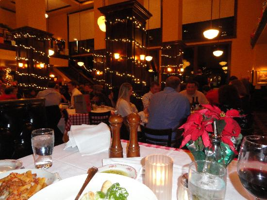 Maggiano's Little Italy: Delightful casual atmosphere