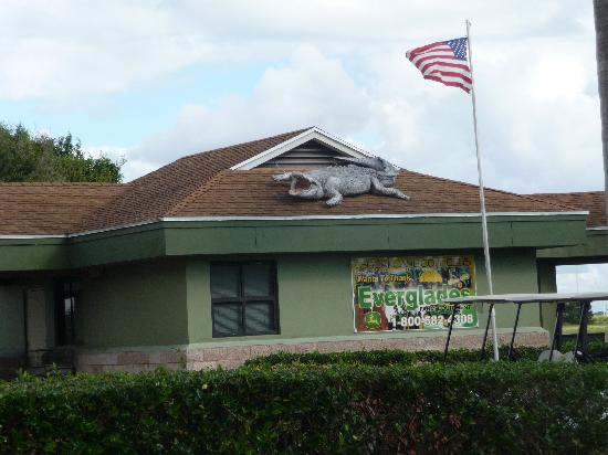 Sugar Cane Golf Club: Clubhouse with Alligator on Roof