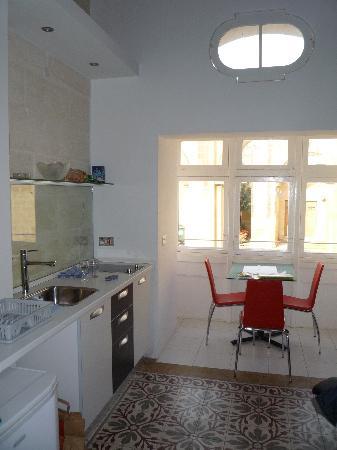 Castille Suites : Vue sur la cuisine et la balcon couvert