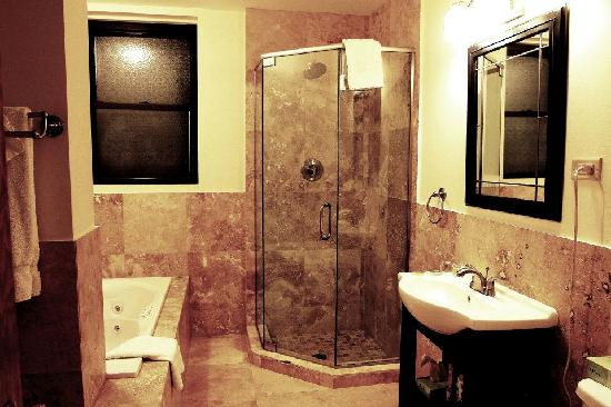 Inn at Lincoln Park: Renovated suite bathroom with jacuzzi tub