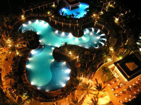 ريو إيمرلاد باي أول إنكلوسيف: Pool at night, seen from our room