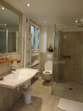 Domaine Pins Paul: Bathroom
