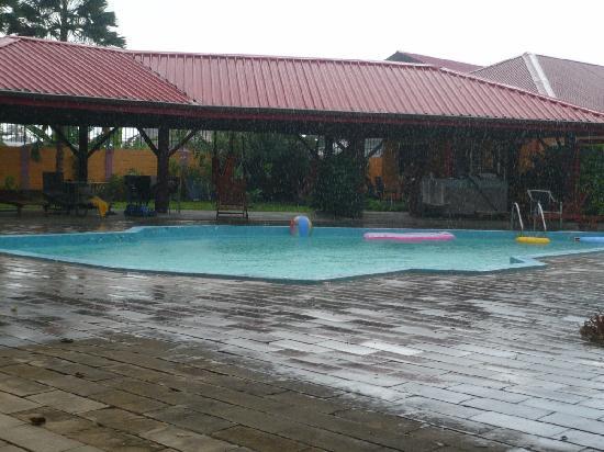 Kekemba Resort Paramaribo : Swimming pool at haevy rain fall