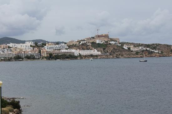 Hotel Torre del Mar: Rainy day view of the Dalt Vila from our room balcony