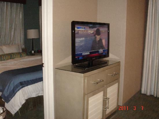 Residence Inn Portsmouth Downtown/Waterfront: Livingroom TV/Bedroom view