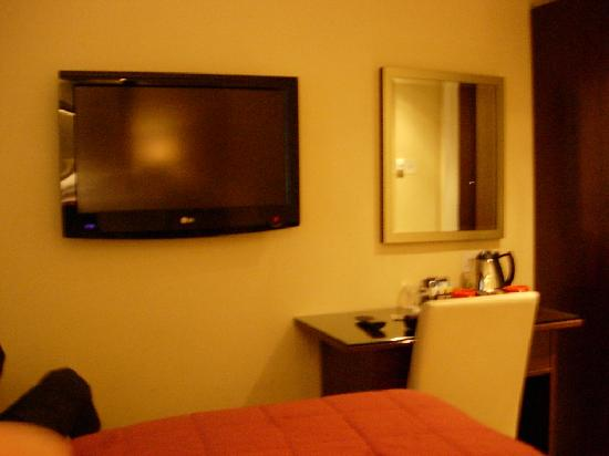 Grand Royale London Hyde Park: large tv with good channels