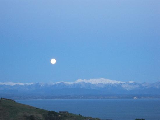 Big Sky Nelson: Moonset over Tasman Bay