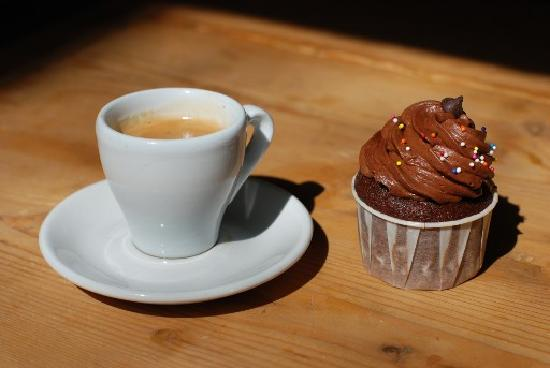 Cups and Cakes Bakery: Coffee & Cupcake - perfect combo.