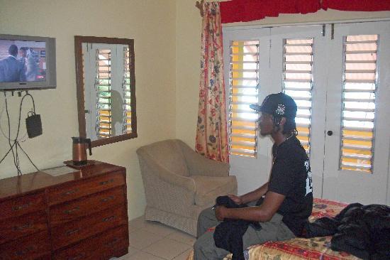 Casa Maria Hotel : Watching TV (rm 25 = 2 x single beds)