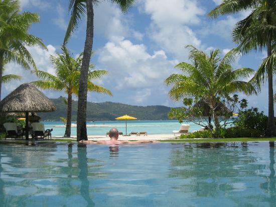 Four Seasons Resort Bora Bora: pool & beach