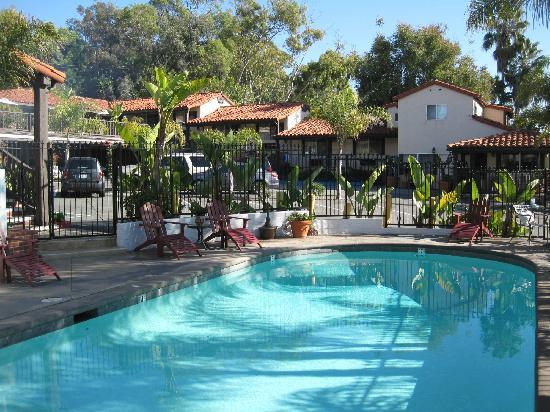 Laguna Beach Inn: Pool and BBQ