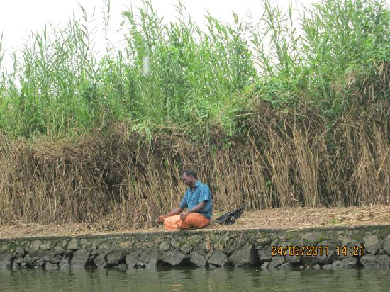 Alappuzha, India: fisherman in the banks of the lake