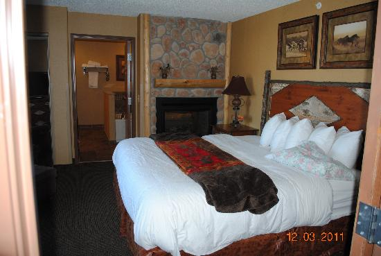 BEST WESTERN PLUS Kelly Inn & Suites: View from the LR to the bedroom & bath