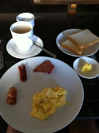 Diamond Palace Hotel: One of the breakfast options - scrambled eggs with bacon, sausage, ham, coconut toast & tea