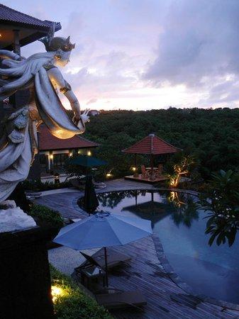 แลนกอน บาหลี รีสอร์ท แอนด์ สปา: Vista della piscina al tramonto