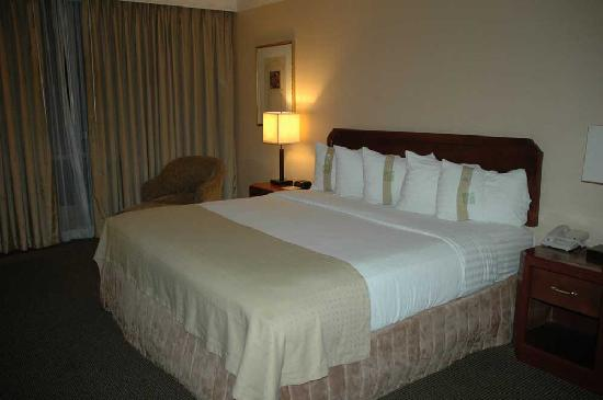 Holiday Inn San Diego-Bayside: King size bed with choice of pillows