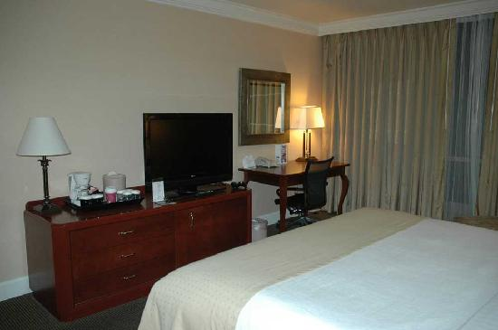 Holiday Inn San Diego-Bayside: Room included flat-screen TV and refrigerator.