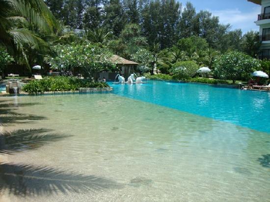 Naithonburi Beach Resort : На территории отеля (бассейн)
