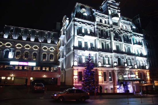 Opera Hotel : Facade at night