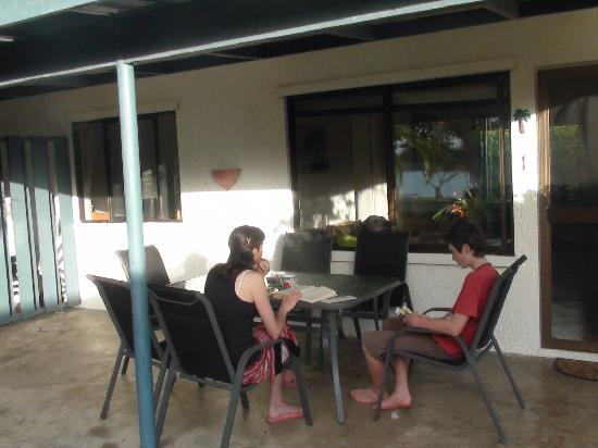 Pacific Lagoon Apartments: Breakfasting outside our unit