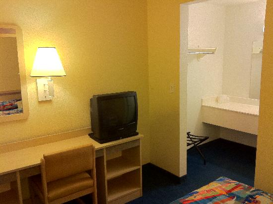 Motel 6 Sunnyvale North: TV and entrance to bathroom area