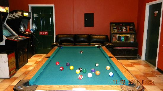 Yestercades: Another shot of the backroom area with a pool table and jukebox