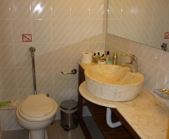 badkamer hotel - Picture of Bitzaro Palace Hotel, Kalamaki - TripAdvisor