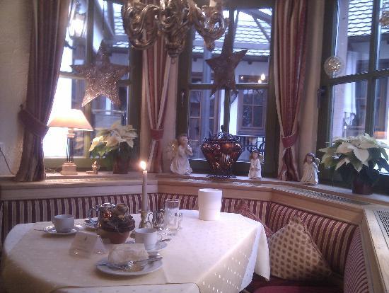 Schlosshotel Mespelbrunn: En av många matsalar. (frukostmatsal)