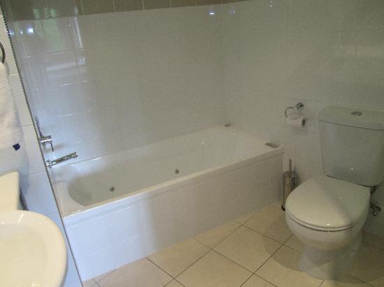 Parkview on Hagley: Bath Room