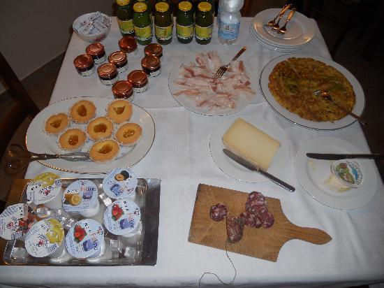 Cascina Minot: Outstanding breakfast table