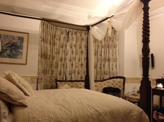Kerrington House : four poster in the central location of the house