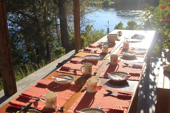 El Encuentro Lodge: Breakfast is waiting - with home made jam, bread, eggs and bacon etc. etc.