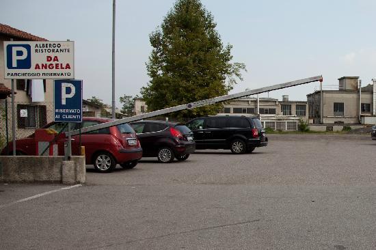Albergo da Angela : parcheggio con barriere