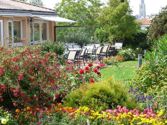 Le Rabelais Hôtel -Restaurant -SPA : Le jardin face à la piscine