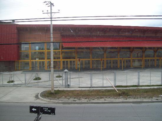 Hostal El Mirador: al frente el terminal de buses